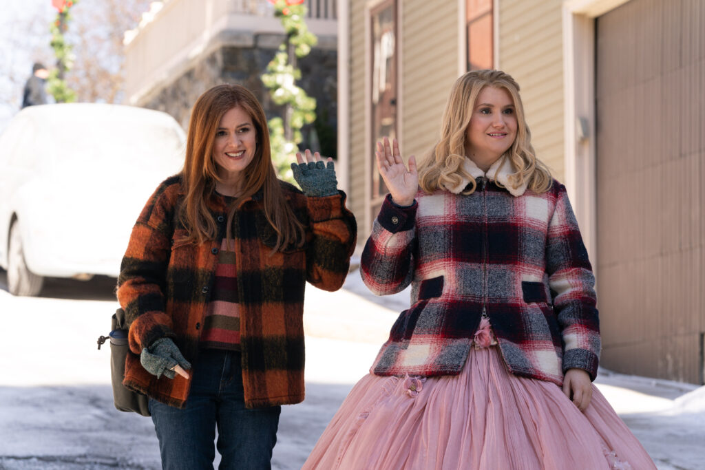 sla Fisher as Mackenzie Walsh and Jillian Bell as Eleanor in GODMOTHERED, exclusively on Disney+.